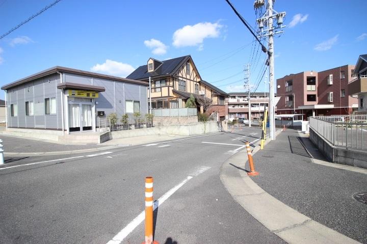 駐車場は店舗前と道路を隔てた向かいにございます。