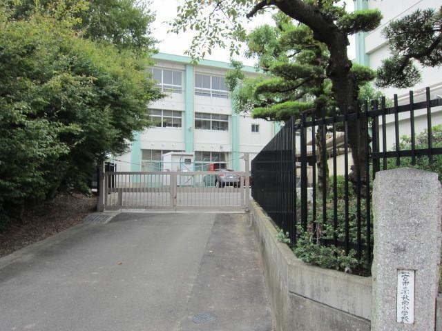 小学校徒歩約5分(約400m)m