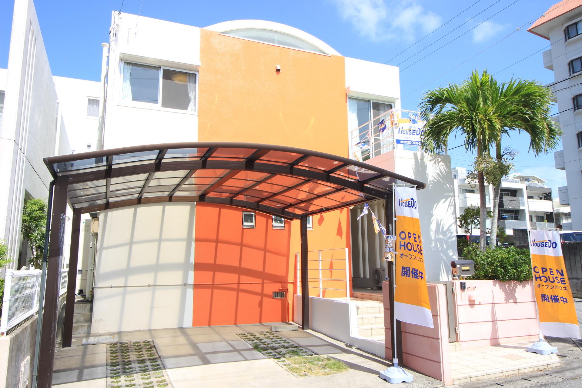 【外観写真】 即内覧可能!2階建てリビングに直結の芝庭付!和室有の4LDK!駐車場と東側道路直結の入口が2か所有!