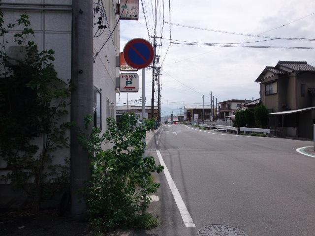 前道は 幅が約6.0mあるので車の出し入れもスムーズにできます。静かな環境の住宅地です。