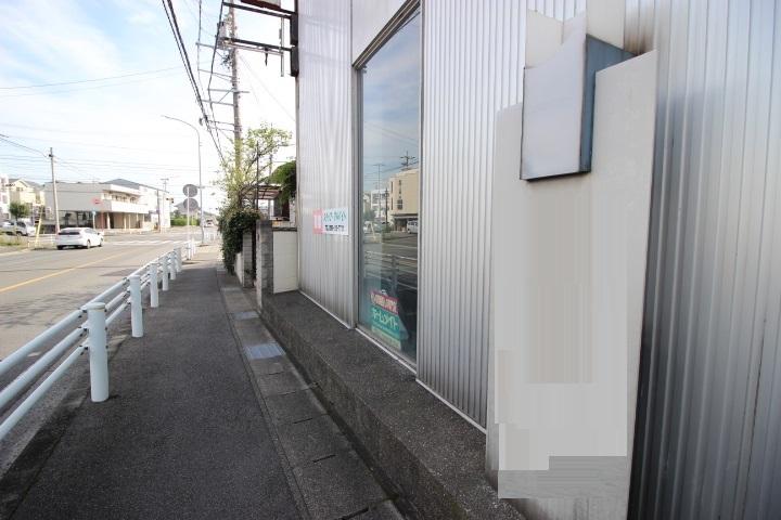 前面道路には歩道が整備されています。