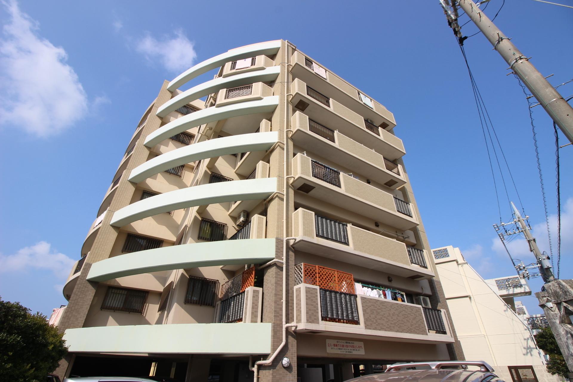 【外観写真】 最上階の角部屋!オーシャンビューの2面バルコニー!全居室収納有り!駐車場1台無料!水回りに窓有り