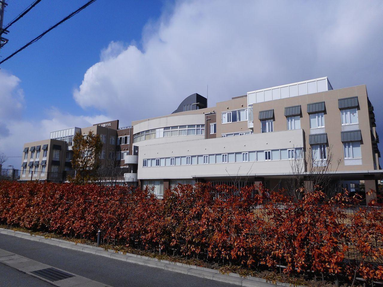 病院徒歩7分(約550m)