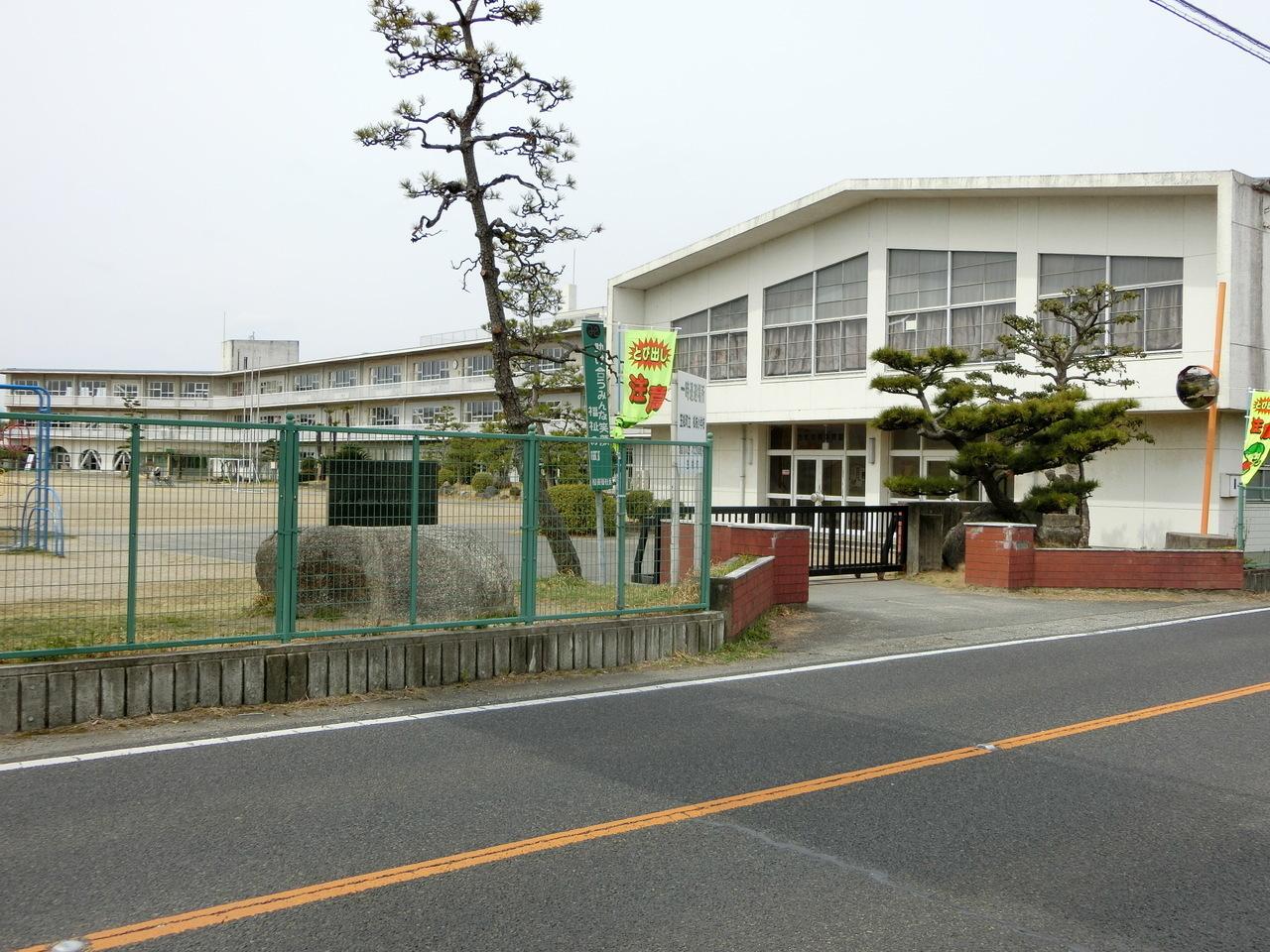 小学校徒歩6分(約420m)