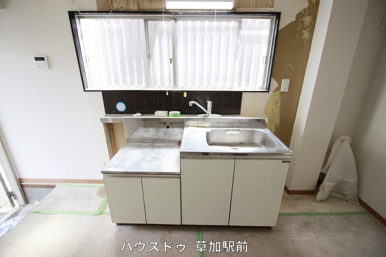 キッチンは壁付なので、お料理に集中できそうですね♪ 目の前に窓もあるので換気も可能!