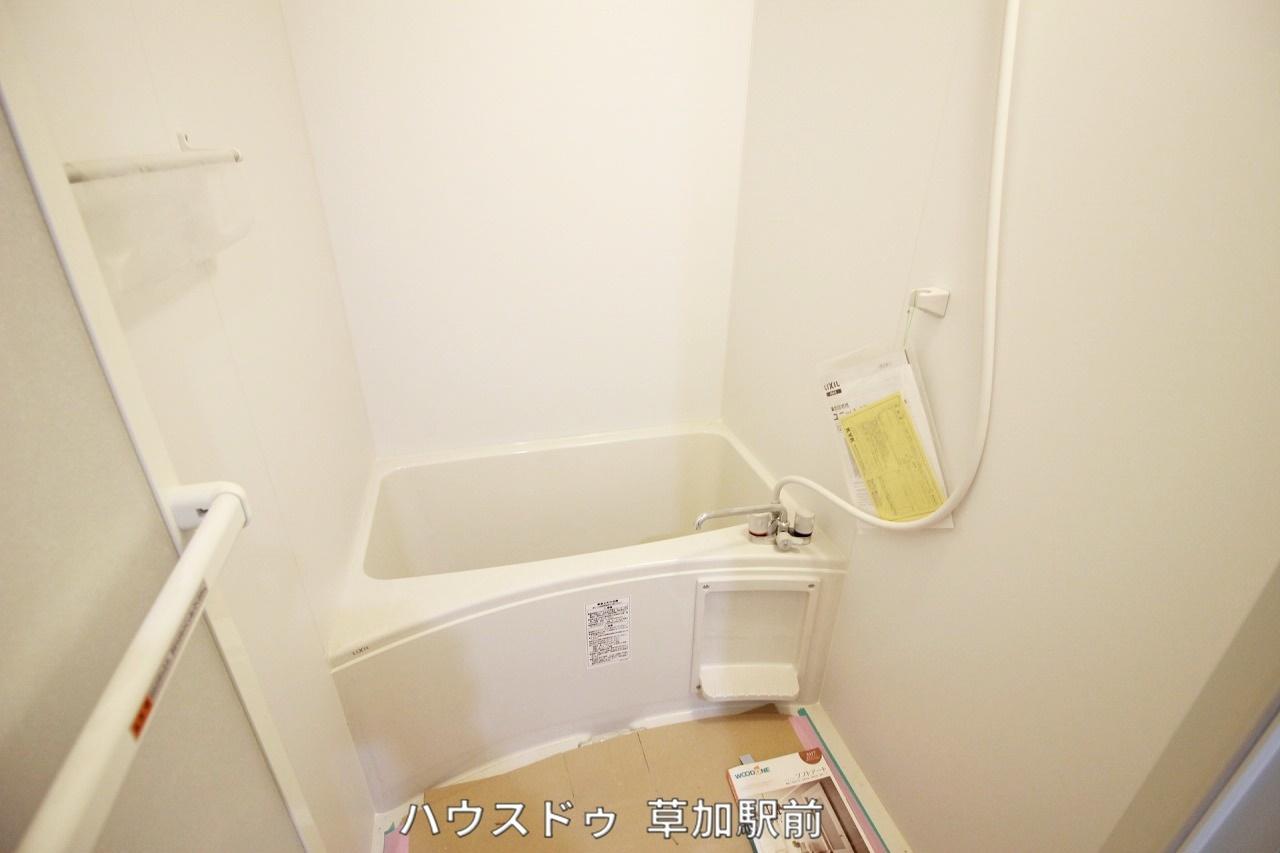浴室のドアは折れ戸なので開け閉めした時のデッドスペースが少なく済みます♪