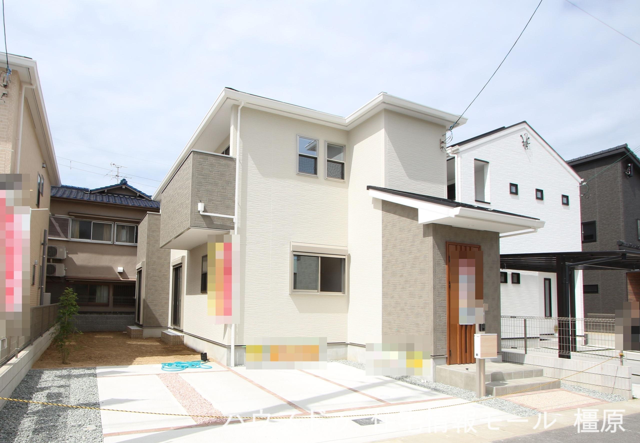 近鉄高田市駅まで徒歩9分、小中学校・幼稚園・スーパーも徒歩10分以内にそろう便利な立地です。(2021年9月撮影)