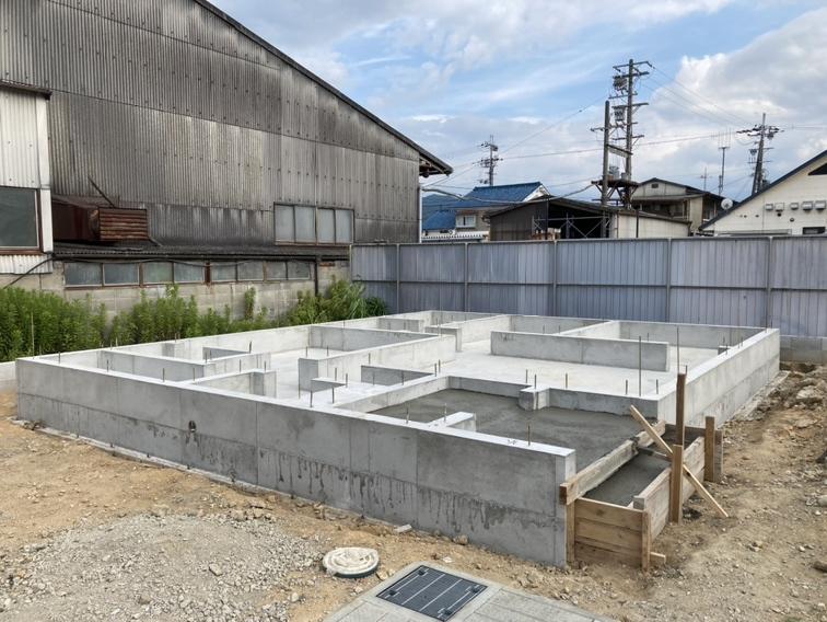 建築工事が始まりました。 基礎や構造部分もしっかりご確認頂けます。 モデルルームへのご案内も可能です。 (2021年7月撮影)