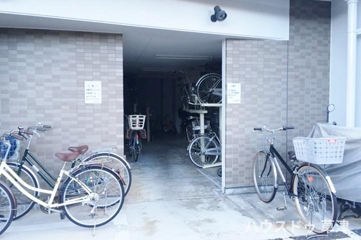 駐輪場は屋根付きのため雨の日も自転車は濡れません。
